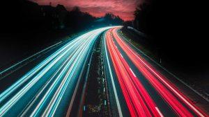 Photo d'une route avec des lumieres de voiture