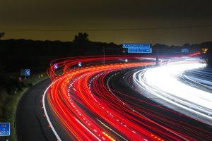 Photo d'une route avec des lumières de voitures